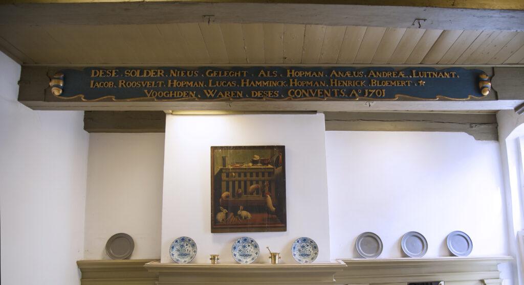Zolderbalk in voormalige keuken – DESE SOLDER NIEUS GELEGT ALS HOPMAN ANAEUS ANDREAE, LUITNANT, / IACOB ROOSVELT, HOPMAN LUCAS HAMMINCK, HOPMAN HENRICK BLOEMERT, / VOOGHDEN WAREN DESES CONVENTS A[NNO] 1701